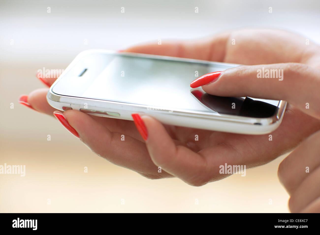 Modello rilasciato. Uso di smartphone. Immagini Stock