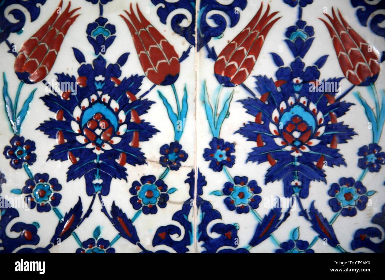 Iznik piastrelle con bagno turco i tulipani in un ricco disegno