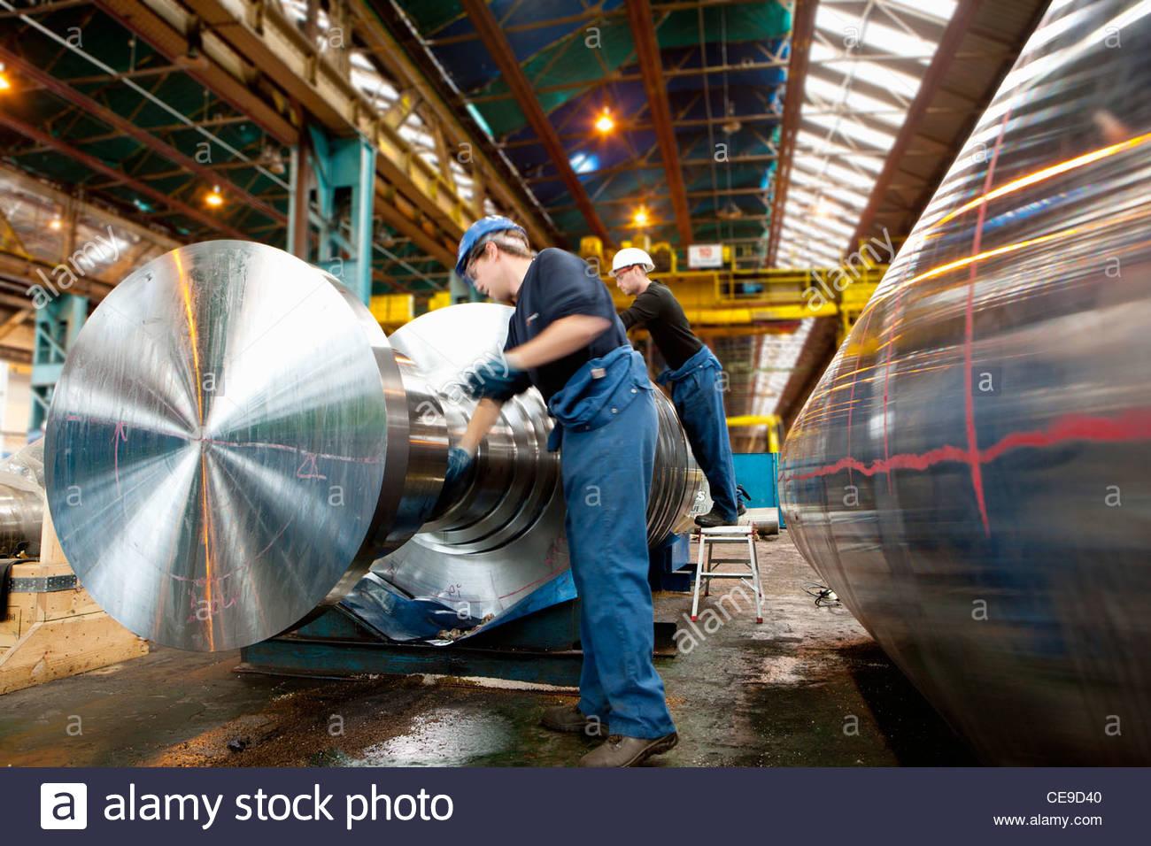 Ingegnere di lavoro su macchine di metallo Immagini Stock