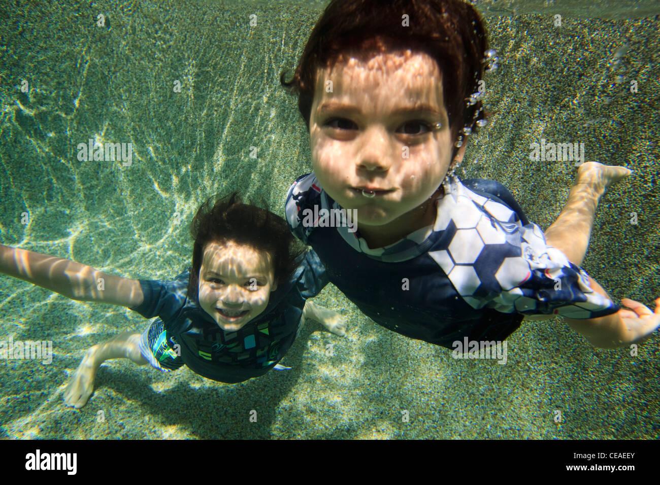 Giocando in un cortile piscina in Cairns, estremo Nord Queensland, Australia Immagini Stock