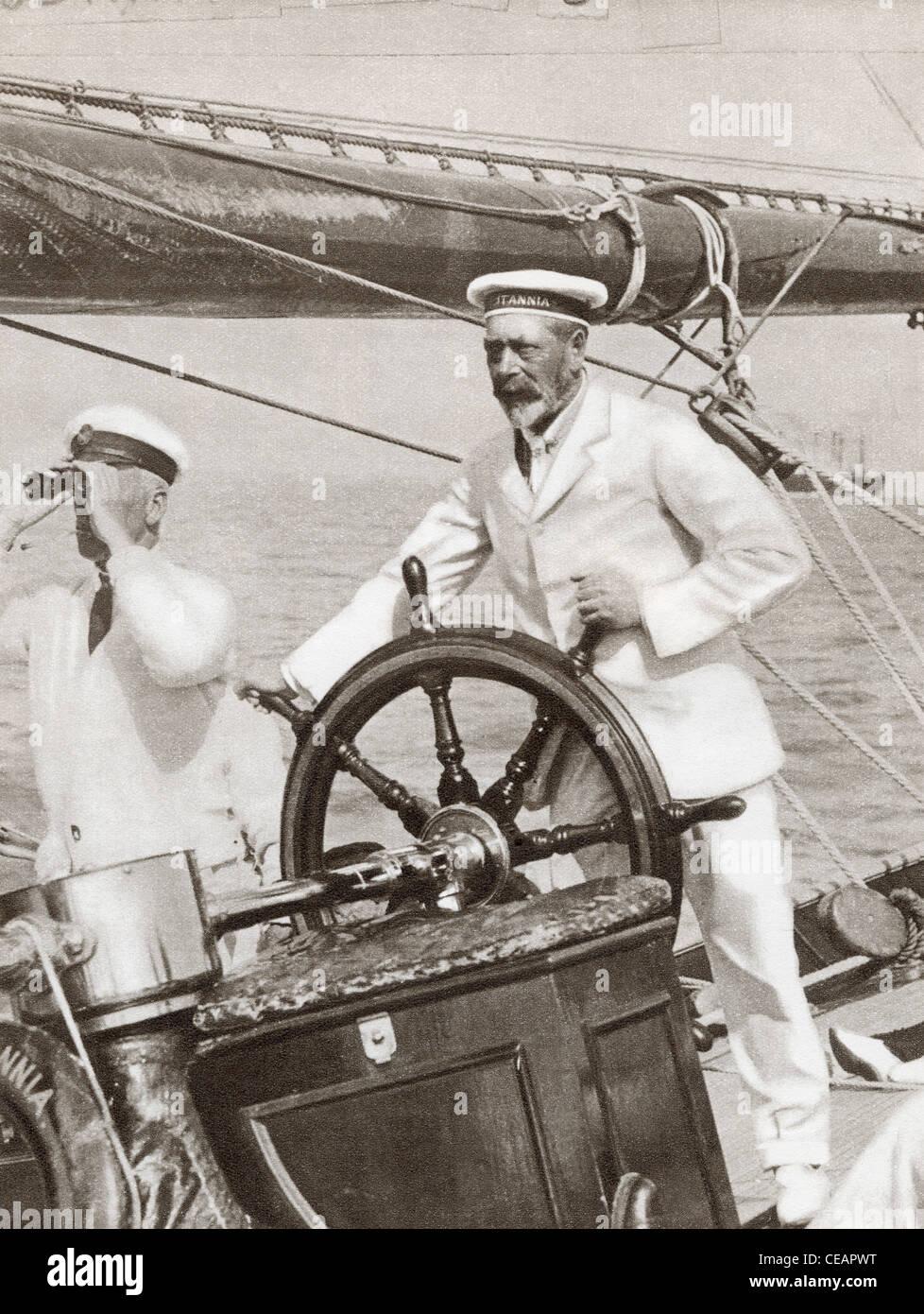 Re Giorgio V al volante del suo yacht, Britannia, durante la regata Cowes Week, Inghilterra, 1924. Immagini Stock