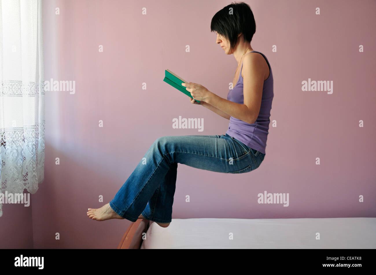 Donna flottante libro di lettura Immagini Stock