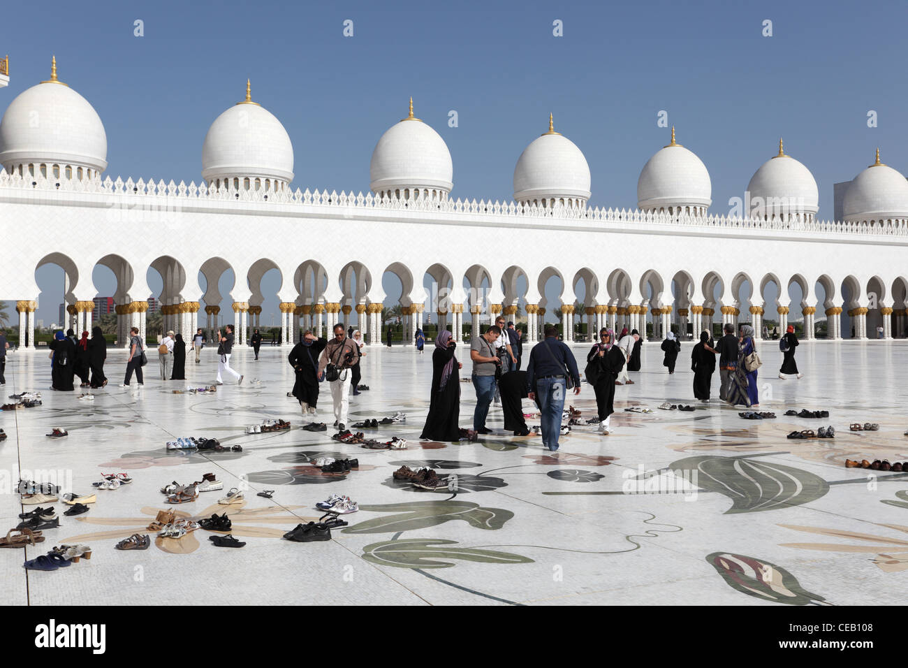 I visitatori della Moschea Sheikh Zayed di Abu Dhabi, Emirati Arabi Uniti Immagini Stock
