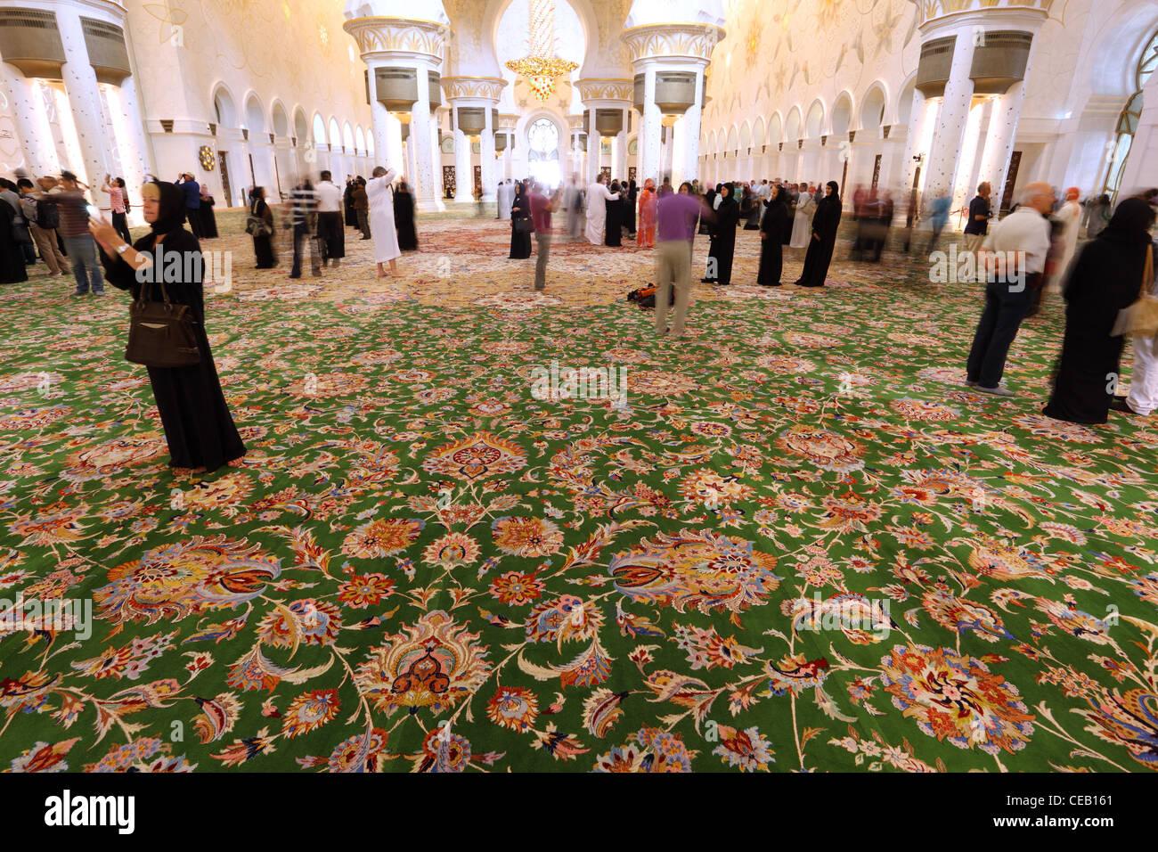 Visitatori all'interno della Moschea Sheikh Zayed di Abu Dhabi, Emirati Arabi Uniti Immagini Stock