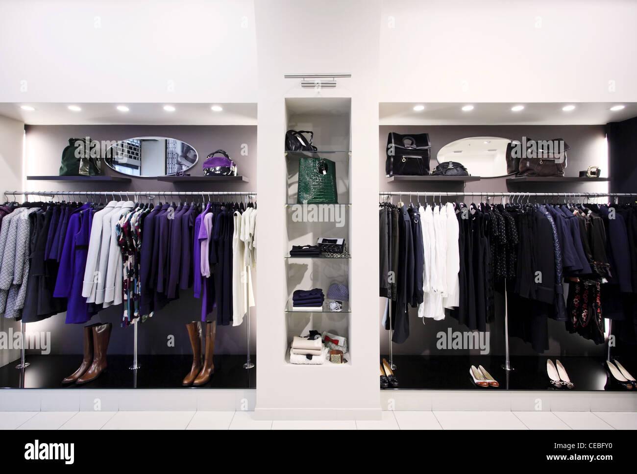 0403b9ab6f73 Eleganti capi di abbigliamento femminile su appendiabiti in negozio ...