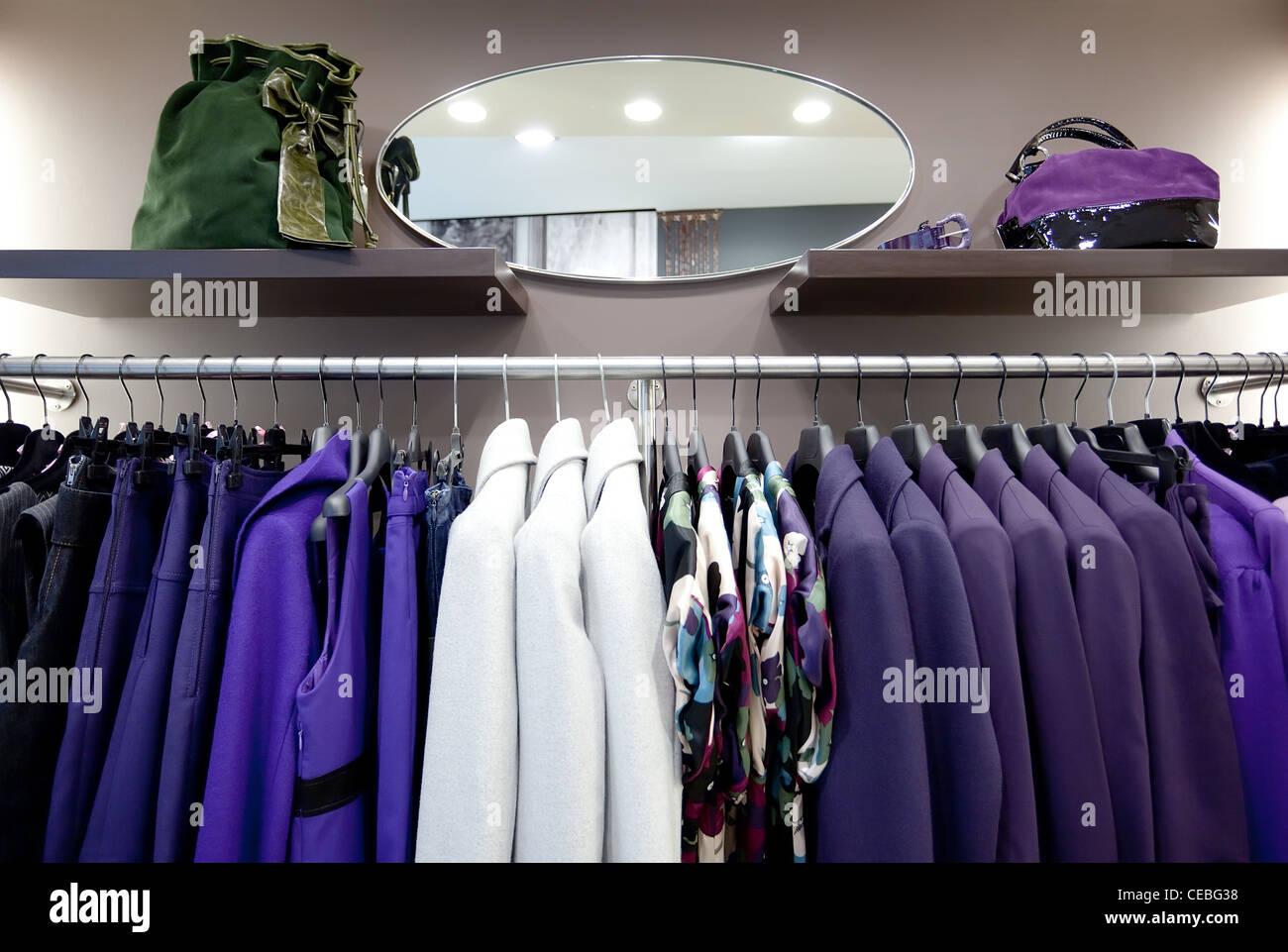 7cfdfc1518ed Elegante e di capi di abbigliamento femminile su appendiabiti in moderno  fashion shop interno
