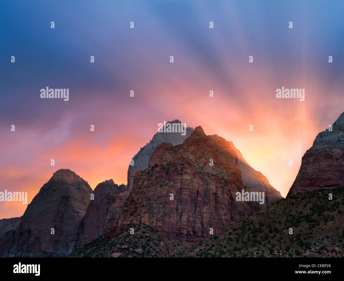 Sunrise e raggi sulle montagne. Parco Nazionale di Zion, Utah Immagini Stock
