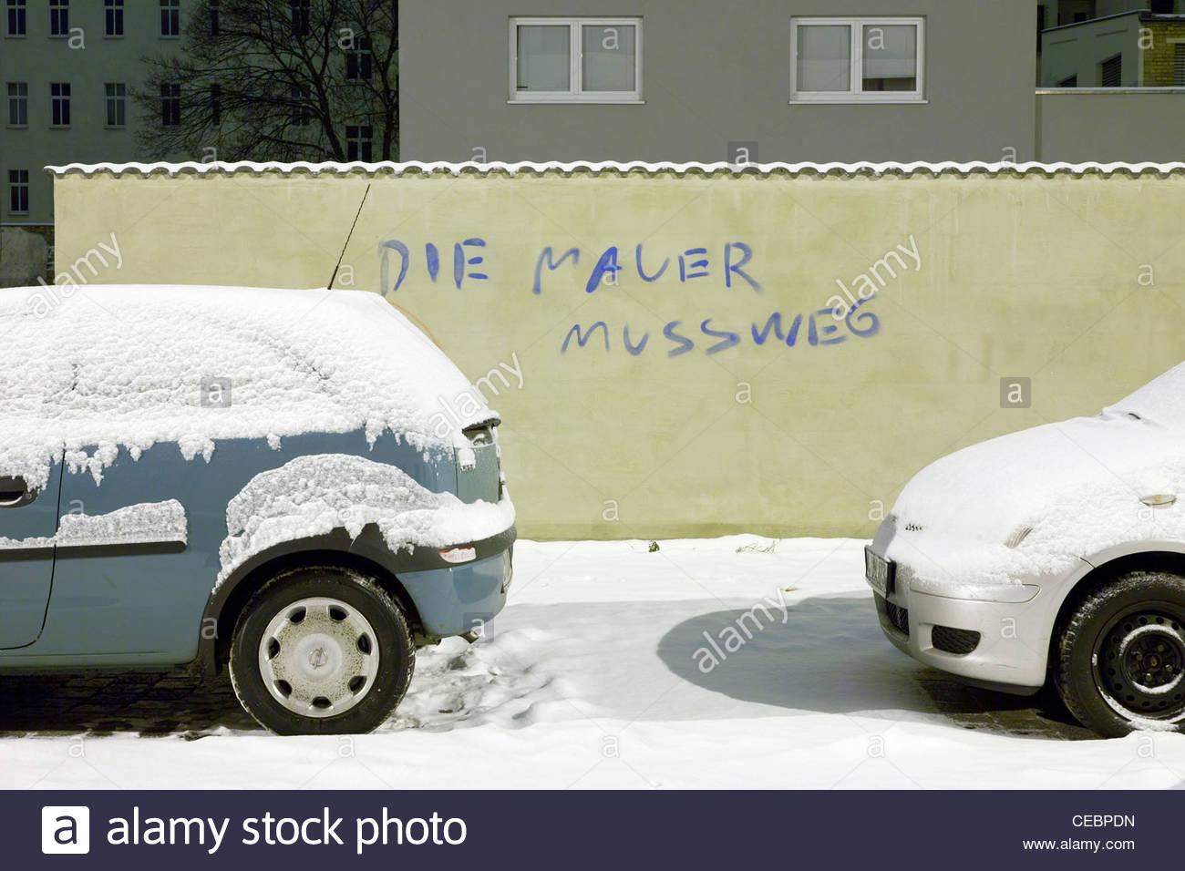 """Graffiti 'Die Mauer Muss Weg"""" (la parete deve andare) alludendo alla caduta del muro di Berlino, Plagwitz, Immagini Stock"""