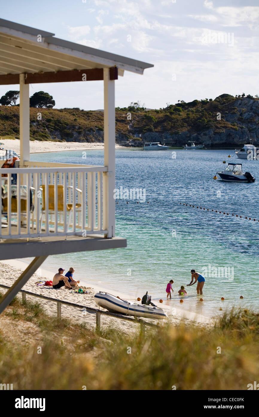 Famiglia godendo il tempo in spiaggia a Geordie Bay - un popolare luogo di vacanza sull'Isola di Rottnest, Australia Foto Stock