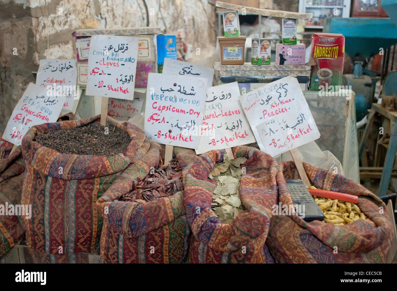 Palestina, Israele, un tradizionale vecchio essenza e specie shop. Immagini Stock