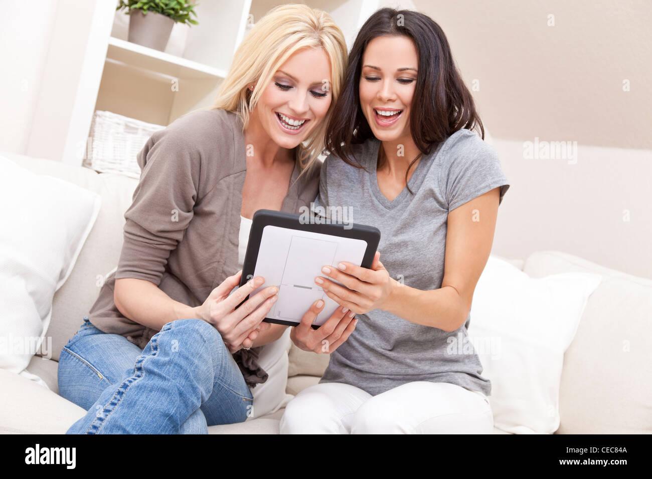 Fotografia aerea di due belle giovani donne a casa seduti sul divano divano  o utilizzando un 5e13cbac972a