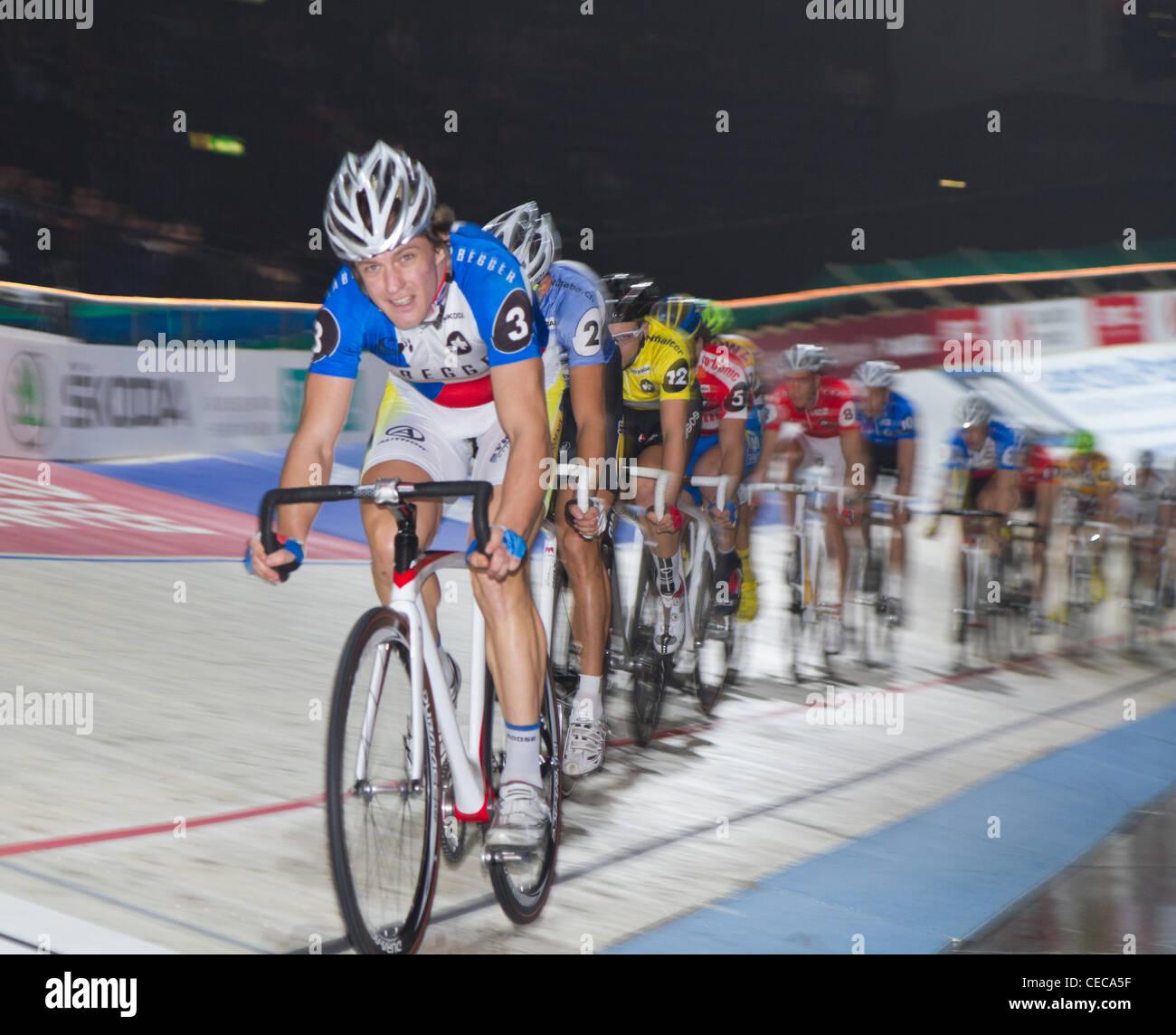 I ciclisti competere a Sixday-Nights Zurigo 2011 a Zurigo Hallenstadion con Hacecky Vojtech nella posizione delle Immagini Stock