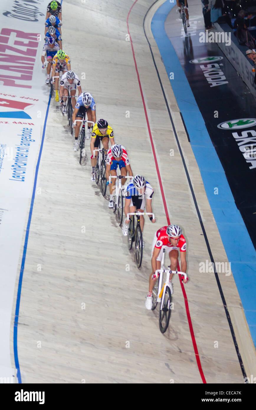 I ciclisti competere a Sixday-Nights Zurigo 2011 a Zurigo Hallenstadion con Andreas Müller nella posizione Immagini Stock