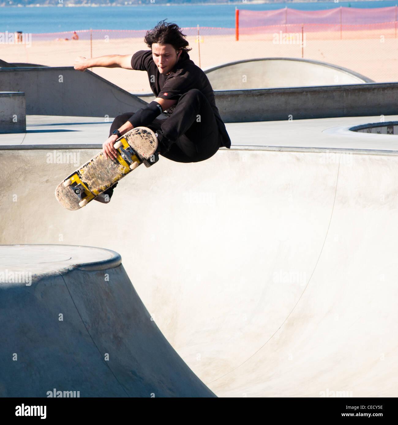 Guidatore di skateboard suona presso la spiaggia di Venice Skate Park, Los Angeles. Immagini Stock