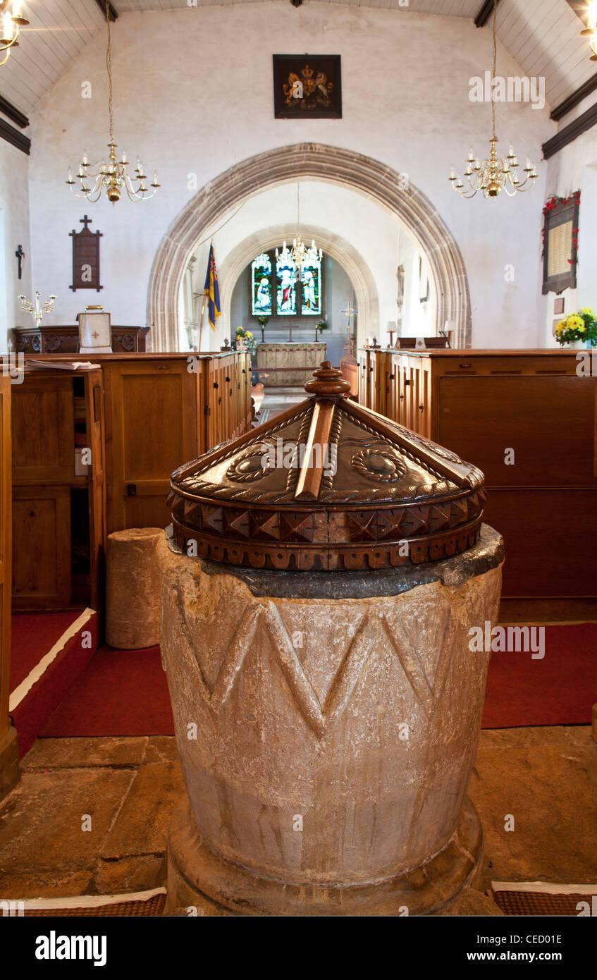 Il Normanno font in inglese medievale chiesa campestre di San Nicola nel villaggio di Biddestone, Wiltshire, Inghilterra, Immagini Stock