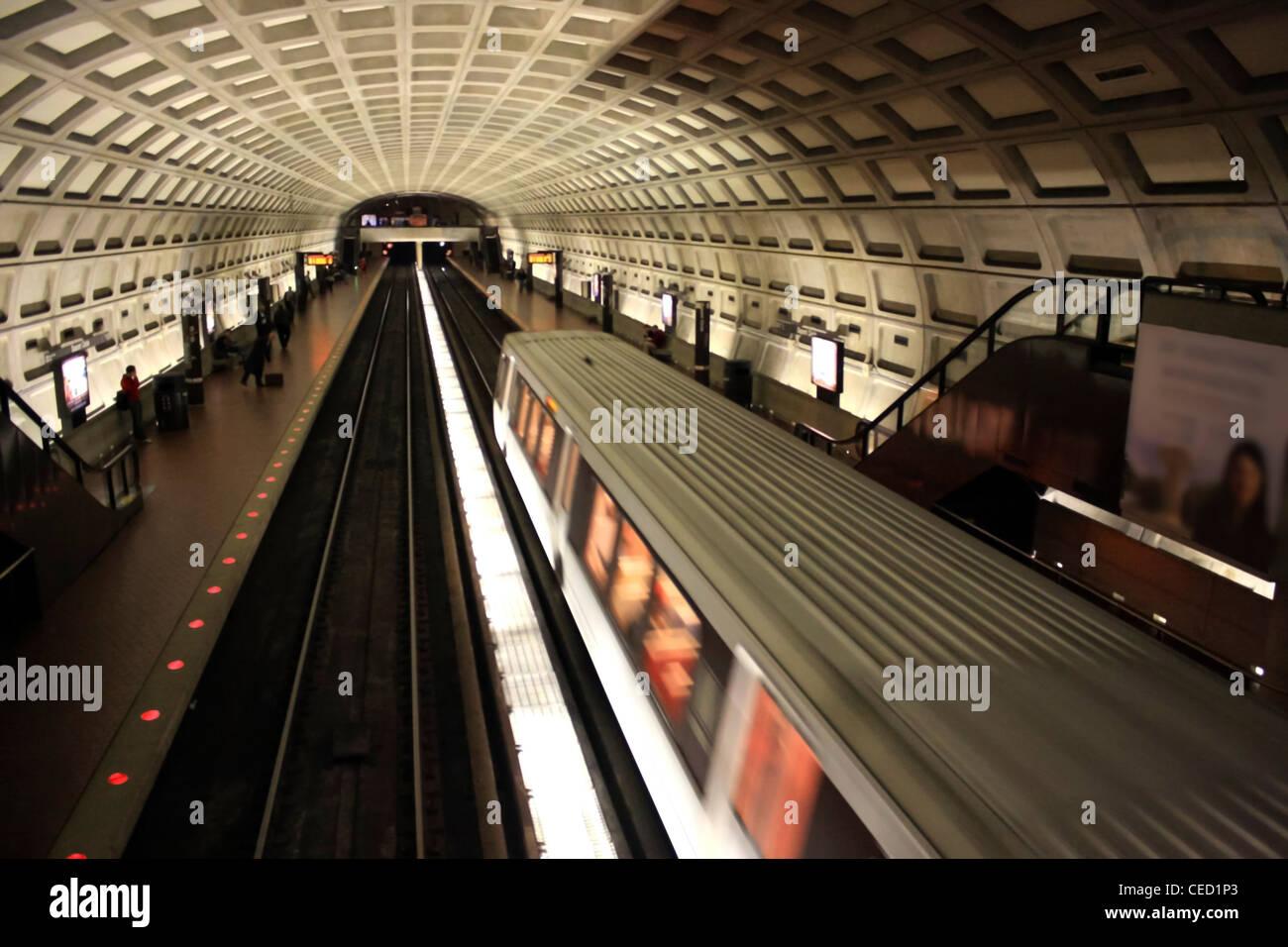 Immagine di un treno in arrivo in una stazione Immagini Stock