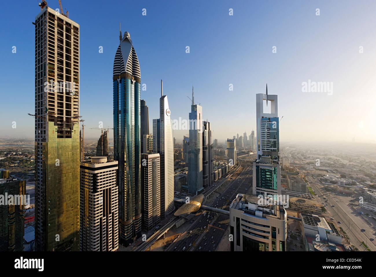 Vista del centro cittadino di Dubai, a sinistra Rose Rayhaan by Rotana, torri, grattacieli, alberghi, architettura Immagini Stock