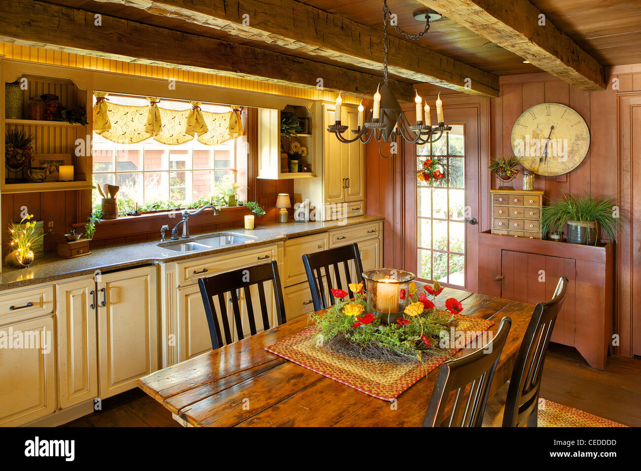 Cucina modernizzato in un primitivo stile coloniale casa di ...