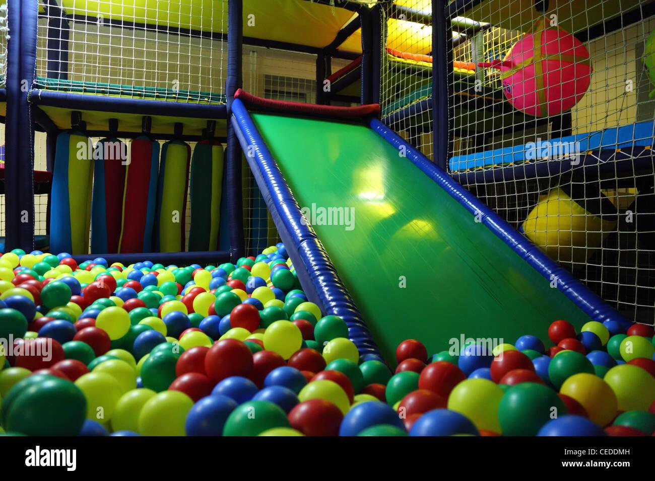 Sala Giochi Per Bambini : Sala giochi per bambini con palline multicolore foto & immagine