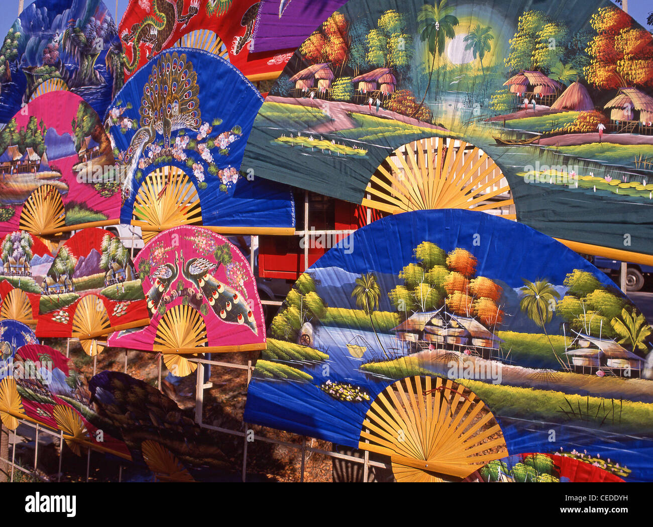 Colorati souvenir display ventilatore nel mercato, Bangkok, Samut Prakan Provincia, Thailandia Immagini Stock