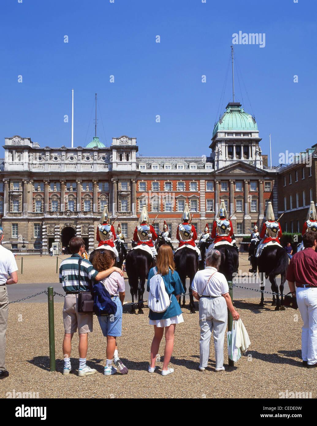 Cerimonia del cambio della guardia, la Sfilata delle Guardie a Cavallo, Whitehall, City of Westminster, Londra, Immagini Stock