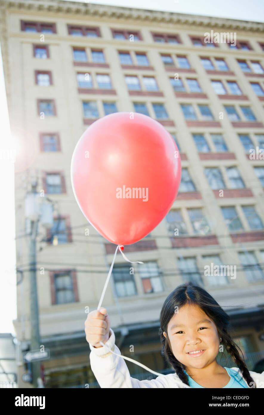 Il coreano ragazza con palloncino rosso all'aperto Foto Stock