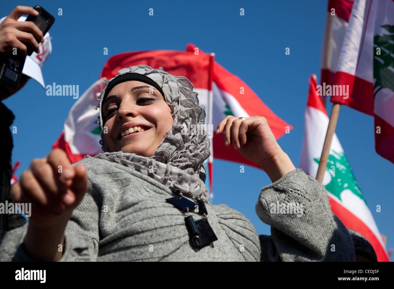 Giovane donna in elegante velo sorrisi e balli in close-up ad una politica dei rally in Piazza Martiri, Beirut, Immagini Stock