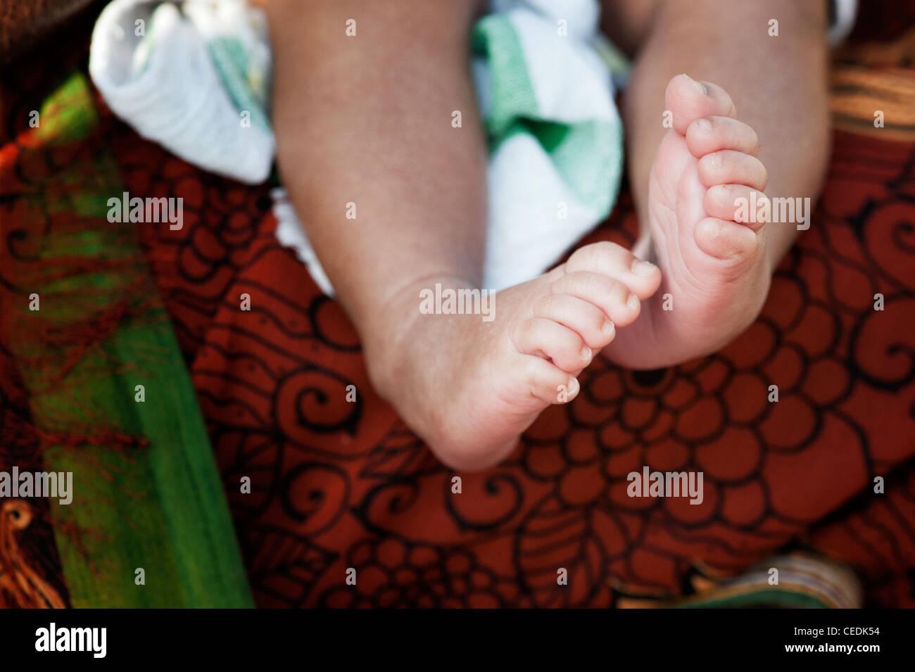 Il nuovo nato bambini indiani a piedi nudi. Andhra Pradesh, India Immagini Stock