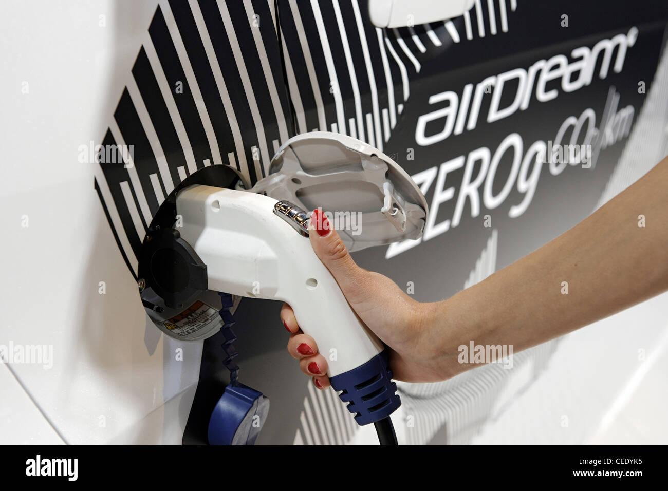 Donna di carichi elettrici auto con energia elettrica, veicoli elettrici auto elettrica, Amburgo, Germania, Europa Immagini Stock