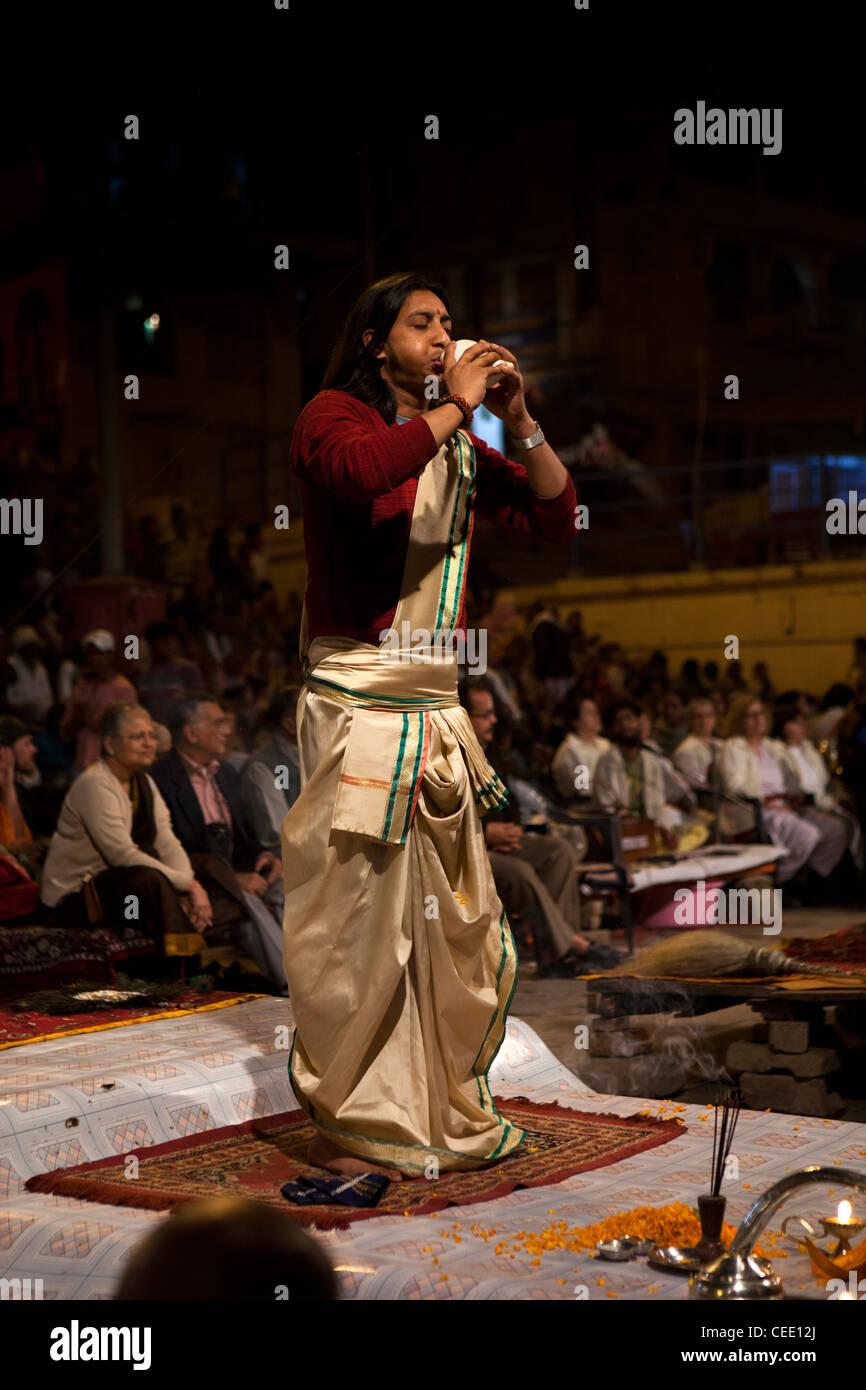 India, Uttar Pradesh, Varanasi, Dasaswamedh Ghat, Ganga Aarti vedica cerimonia puja sacerdote soffia corno della Immagini Stock