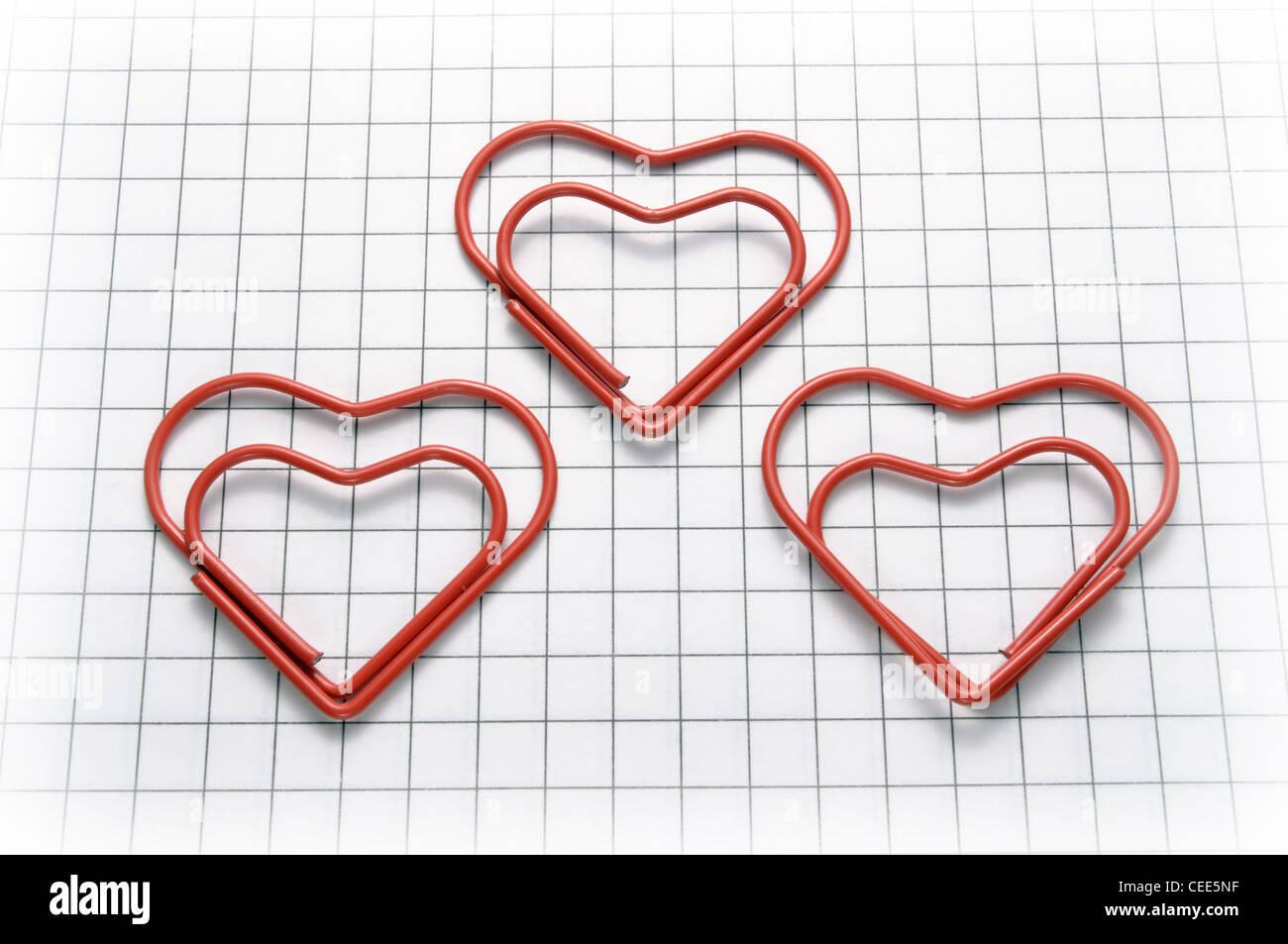 A forma di cuore le graffe della carta Foto Stock