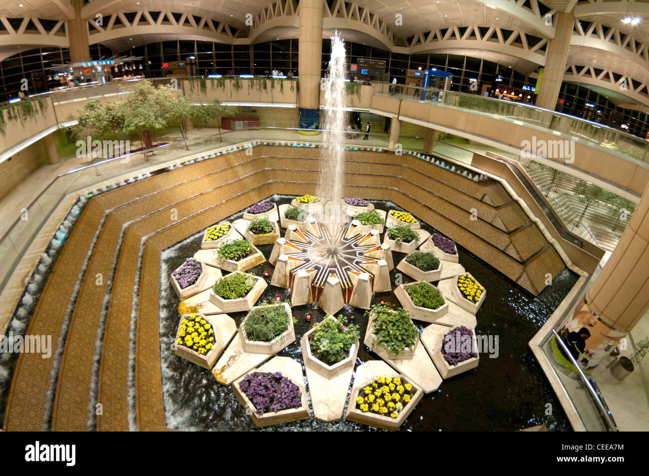 Una fontana presso il King Khaled Aeroporto in Riyadh, Arabia Saudita Immagini Stock