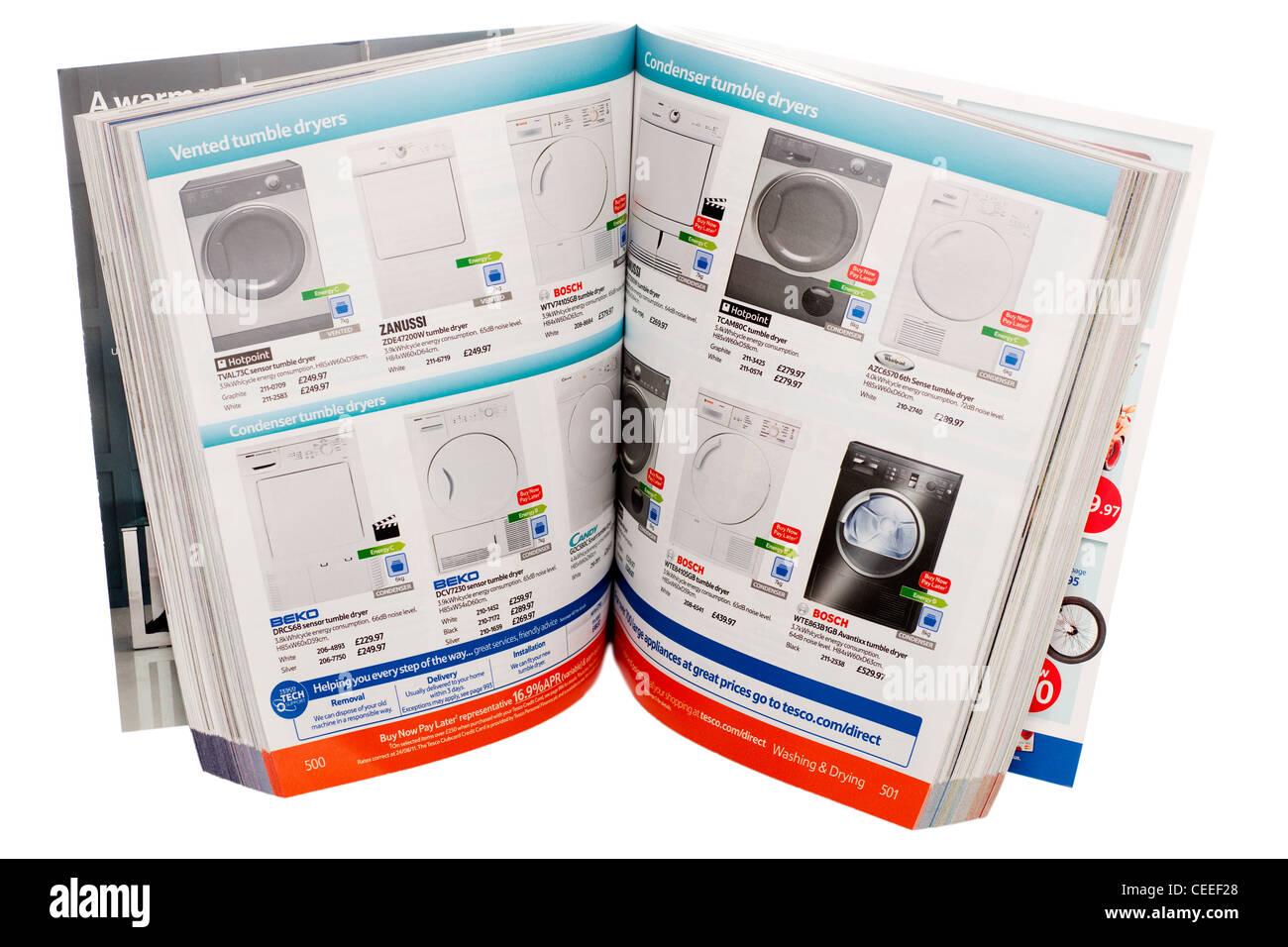 Aprire un catalogo Tesco magazine Immagini Stock