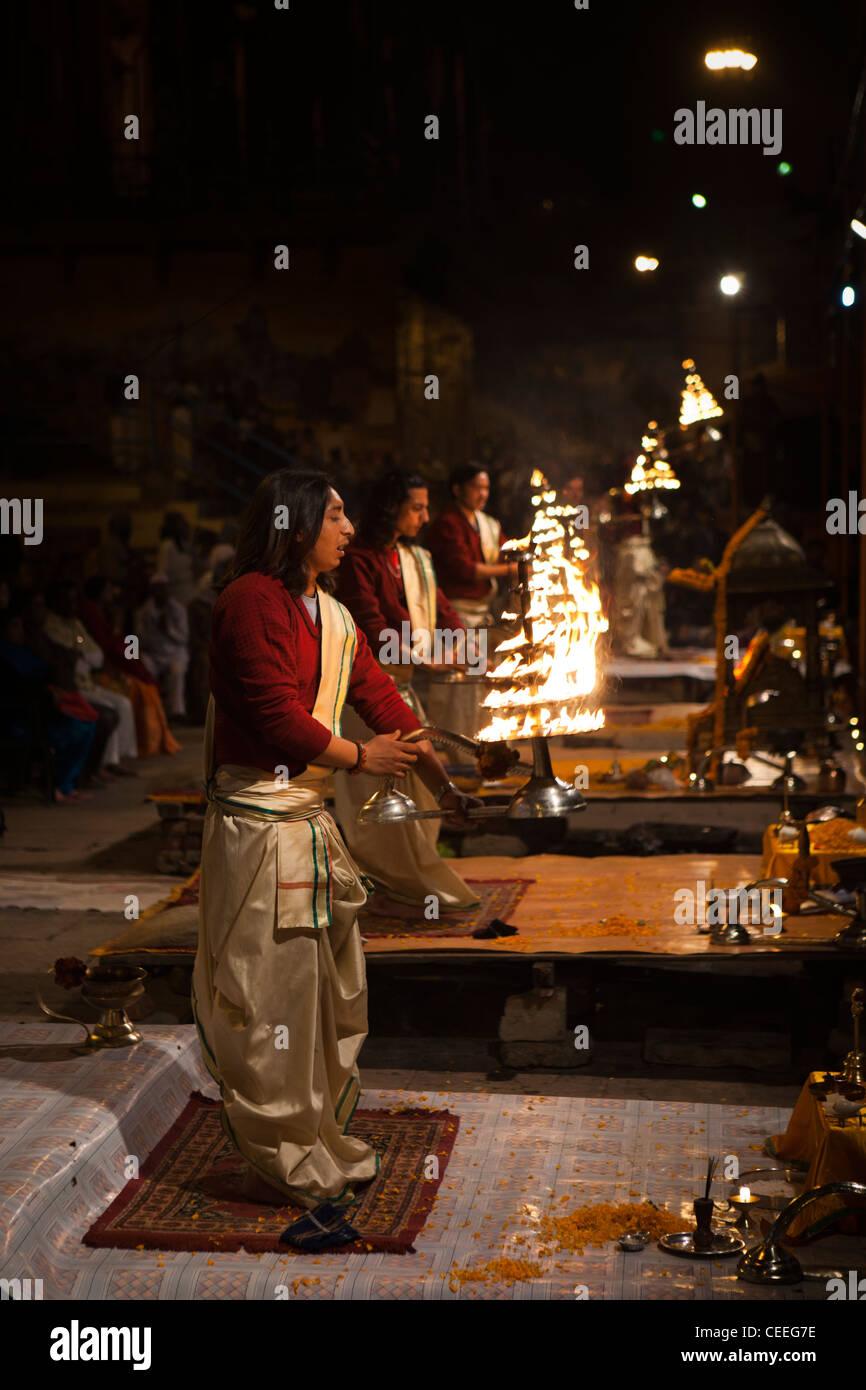 India, Uttar Pradesh, Varanasi, Dasaswamedh Ghat, Ganga Aarti vedica cerimonia puja sacerdoti con fiamme lampade Immagini Stock