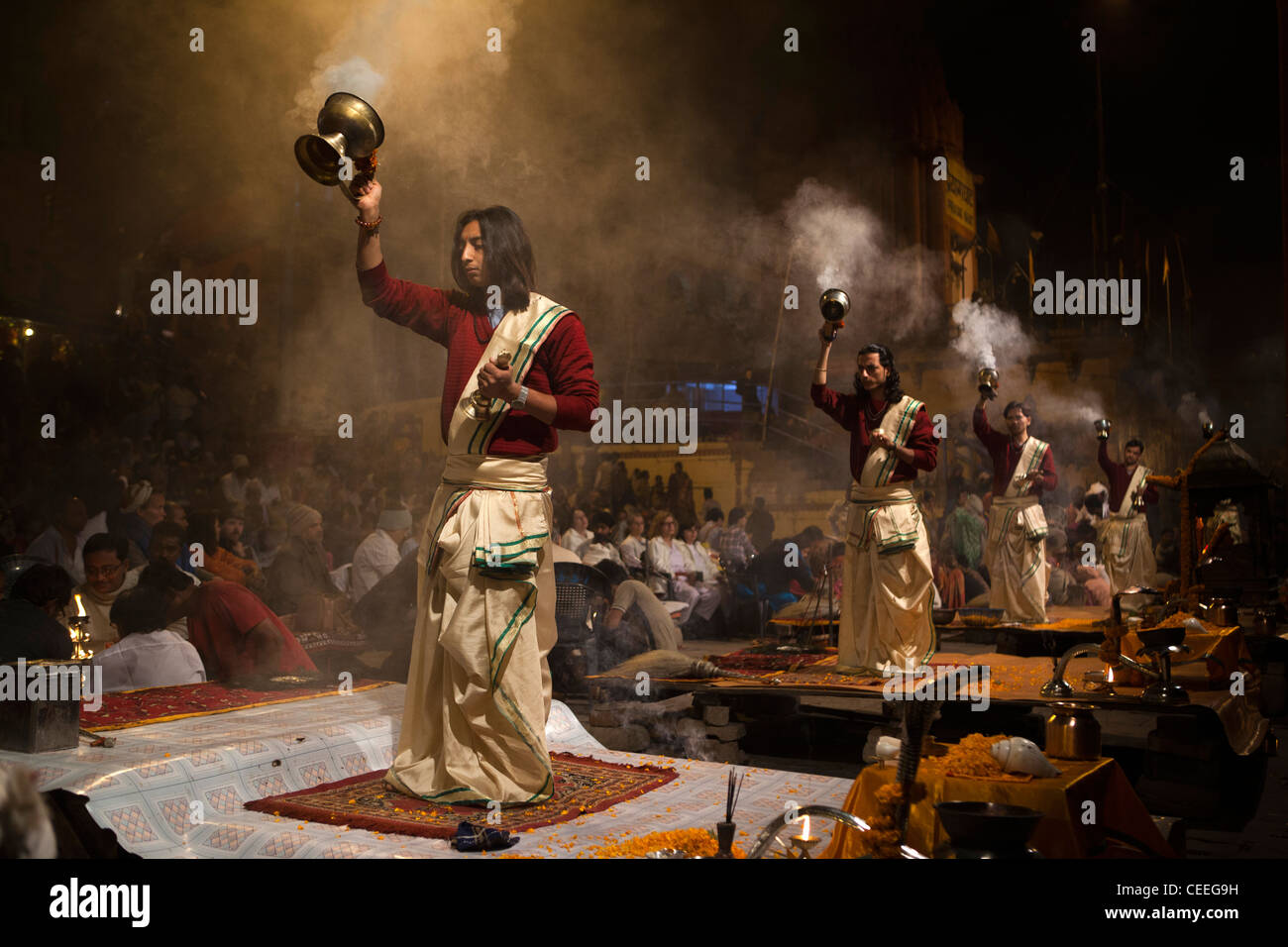 India, Uttar Pradesh, Varanasi, Dasaswamedh Ghat, Ganga Aarti vedica cerimonia puja sacerdote brucia incenso Immagini Stock