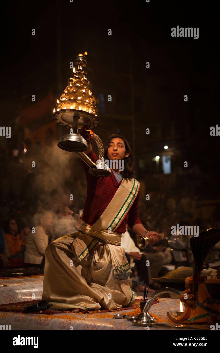 India, Uttar Pradesh, Varanasi, Dasaswamedh Ghat, Ganga Aarti vedica cerimonia puja sacerdoti tenendo la lampada Immagini Stock