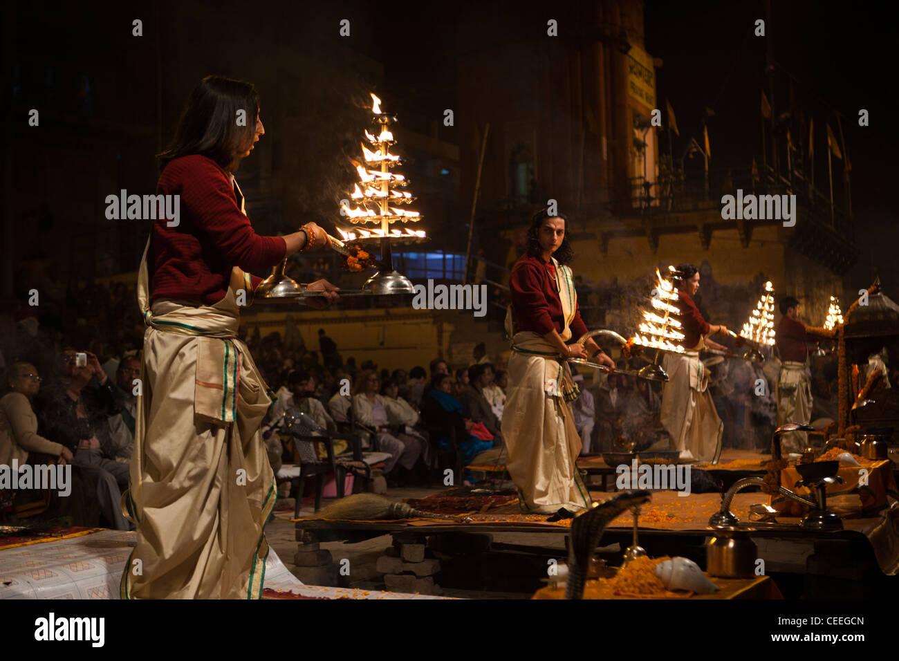 India, Uttar Pradesh, Varanasi, Dasaswamedh Ghat, Ganga Aarti vedica cerimonia puja sacerdoti con le lampade del Immagini Stock