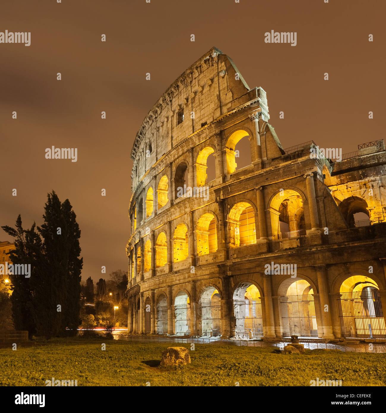 Colosseo di Roma illuminata di notte Immagini Stock