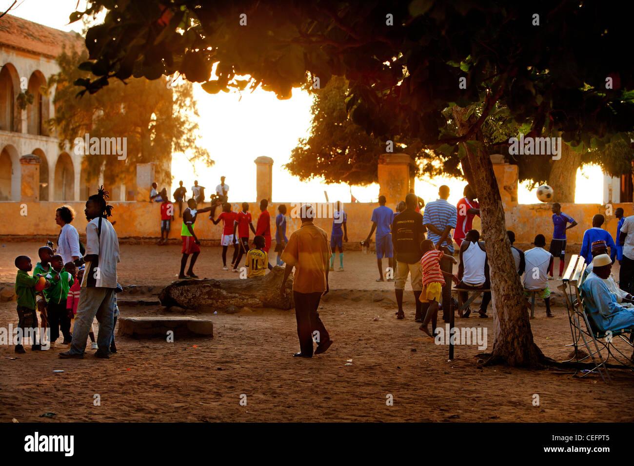 Calcio sulla piazza principale dell isola di Goree, Senegal. Immagini Stock