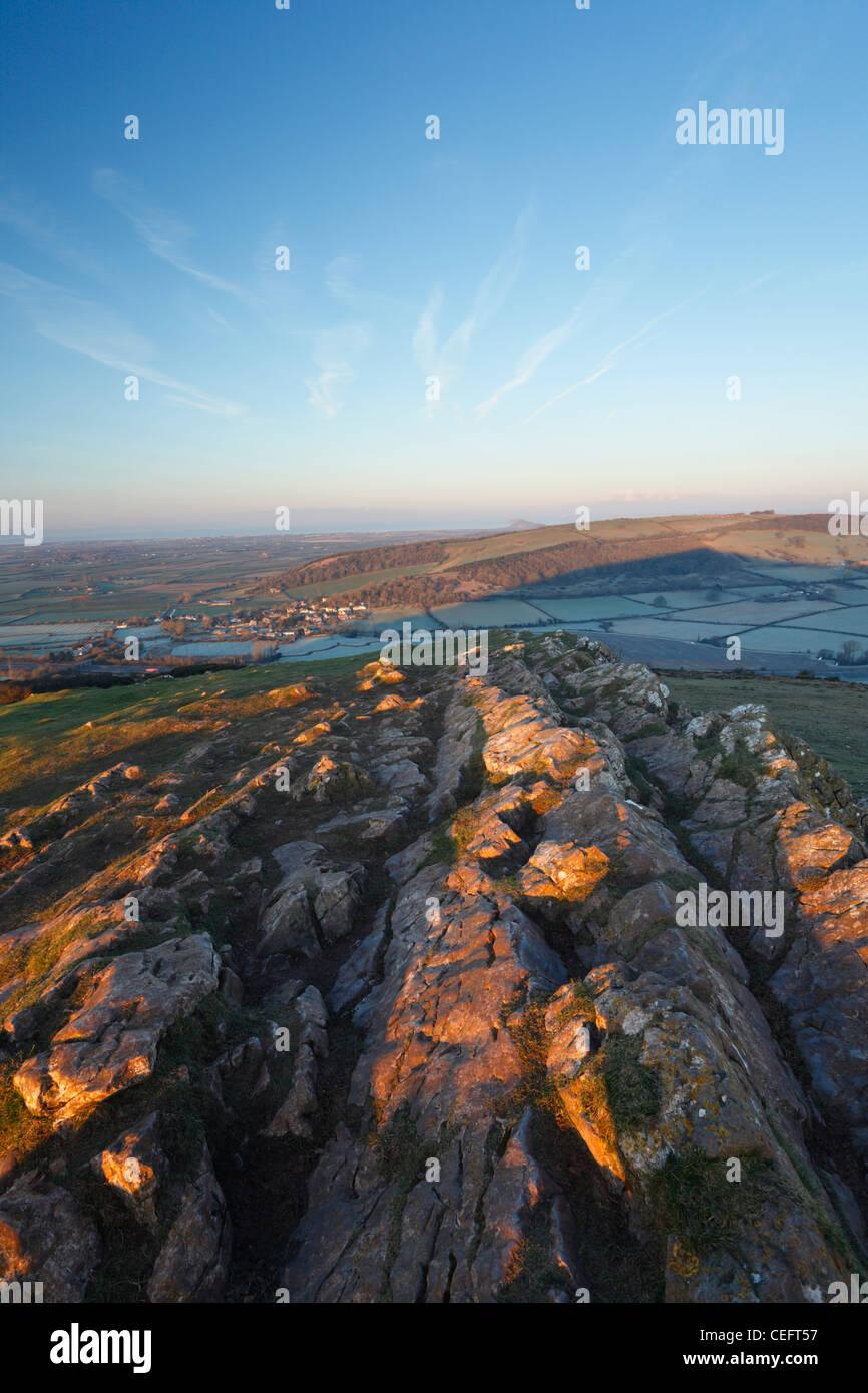 Vista dalla cima del truffatore picco verso Bleadon Hill, Brean verso il basso e il Canale di Bristol. Somerset. Immagini Stock