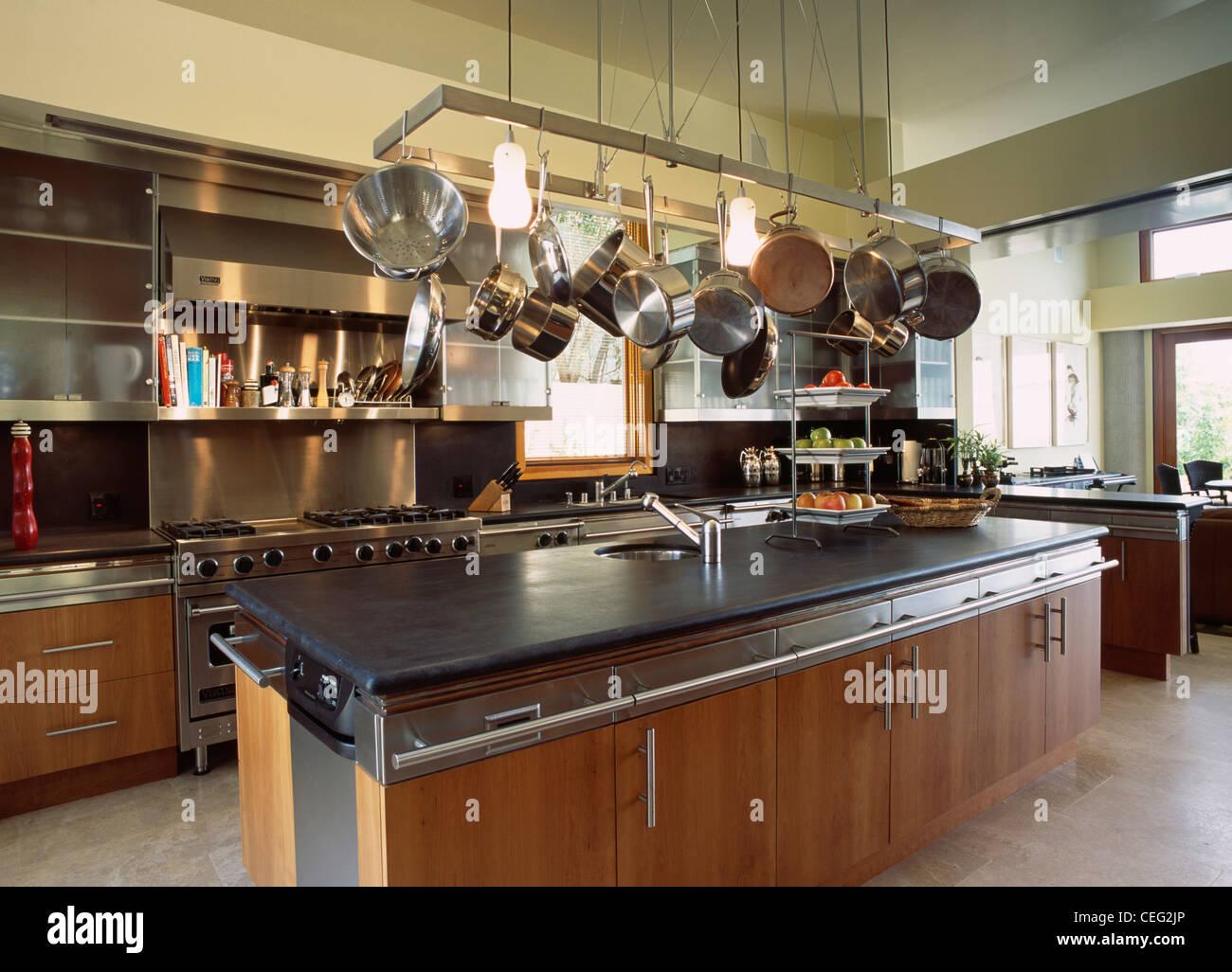 Credenza Per Cucina Moderna : Pentole sul metallo rack di archiviazione sopra isola con unità