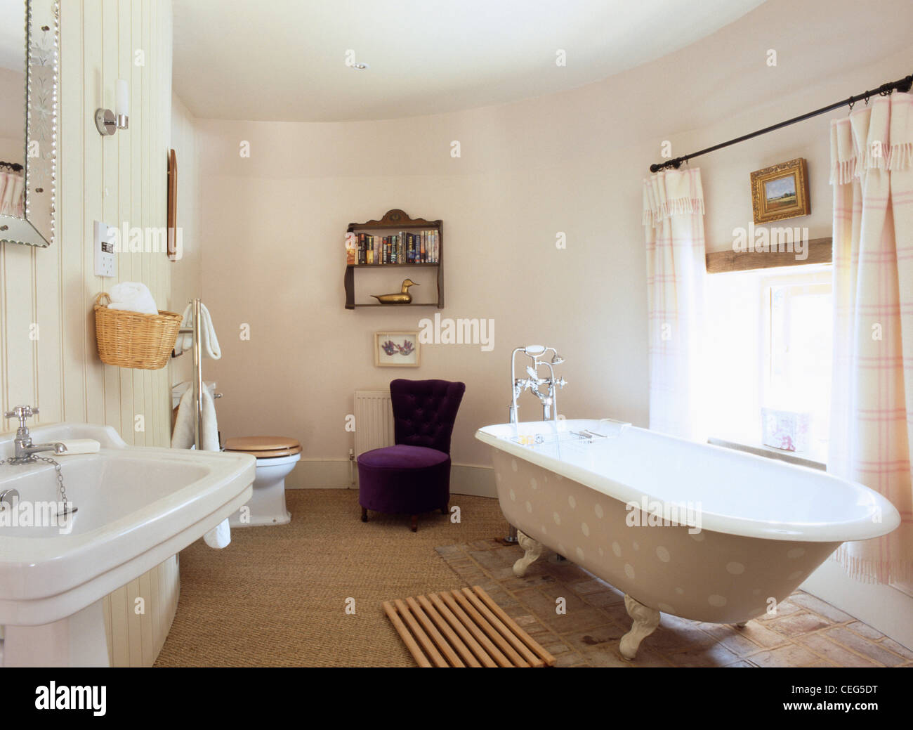 Bagno Beige E Bianco : Maculato beige claw piede bagno in bianco convertito oast house