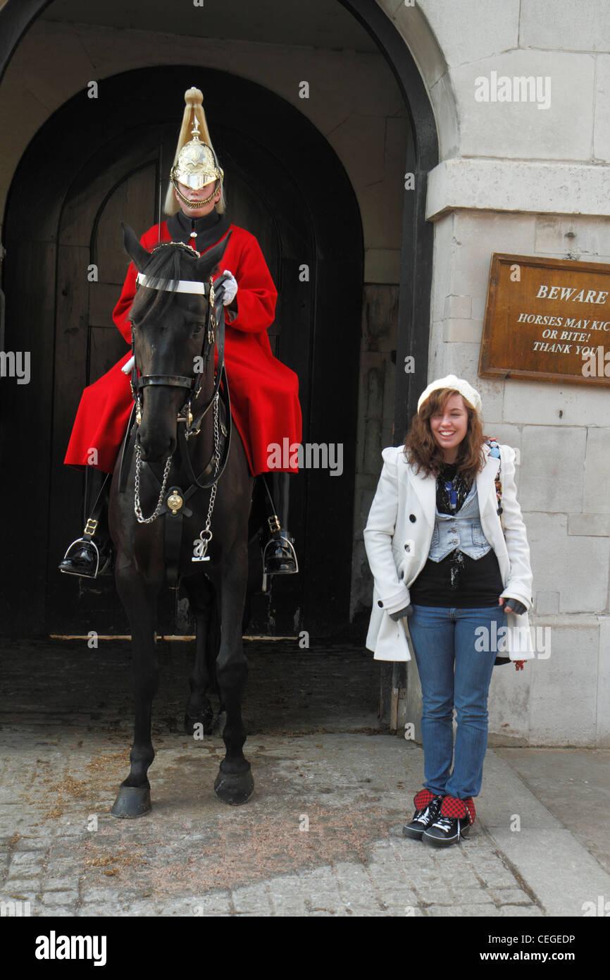 Giovane turista femminile in posa con la famiglia cavalleria, sentinella, Horse Guards, Londra Immagini Stock