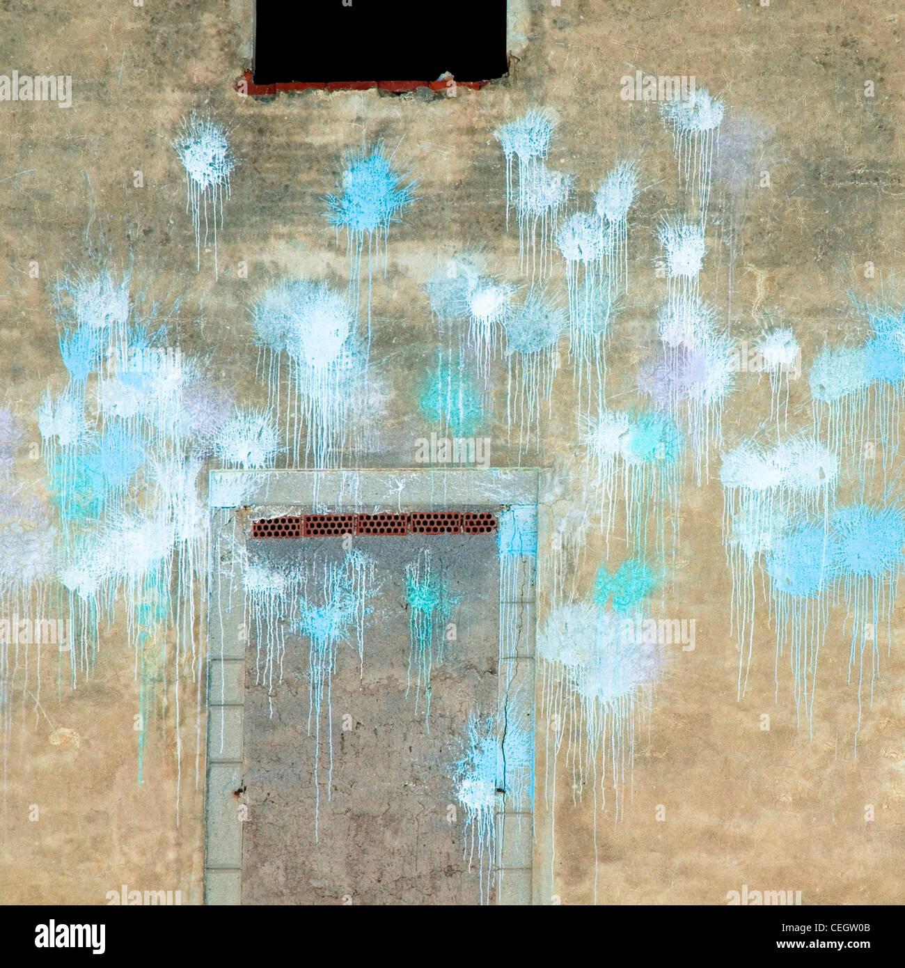 Parte anteriore del vuoto edificio con macchie di vernice blu Immagini Stock