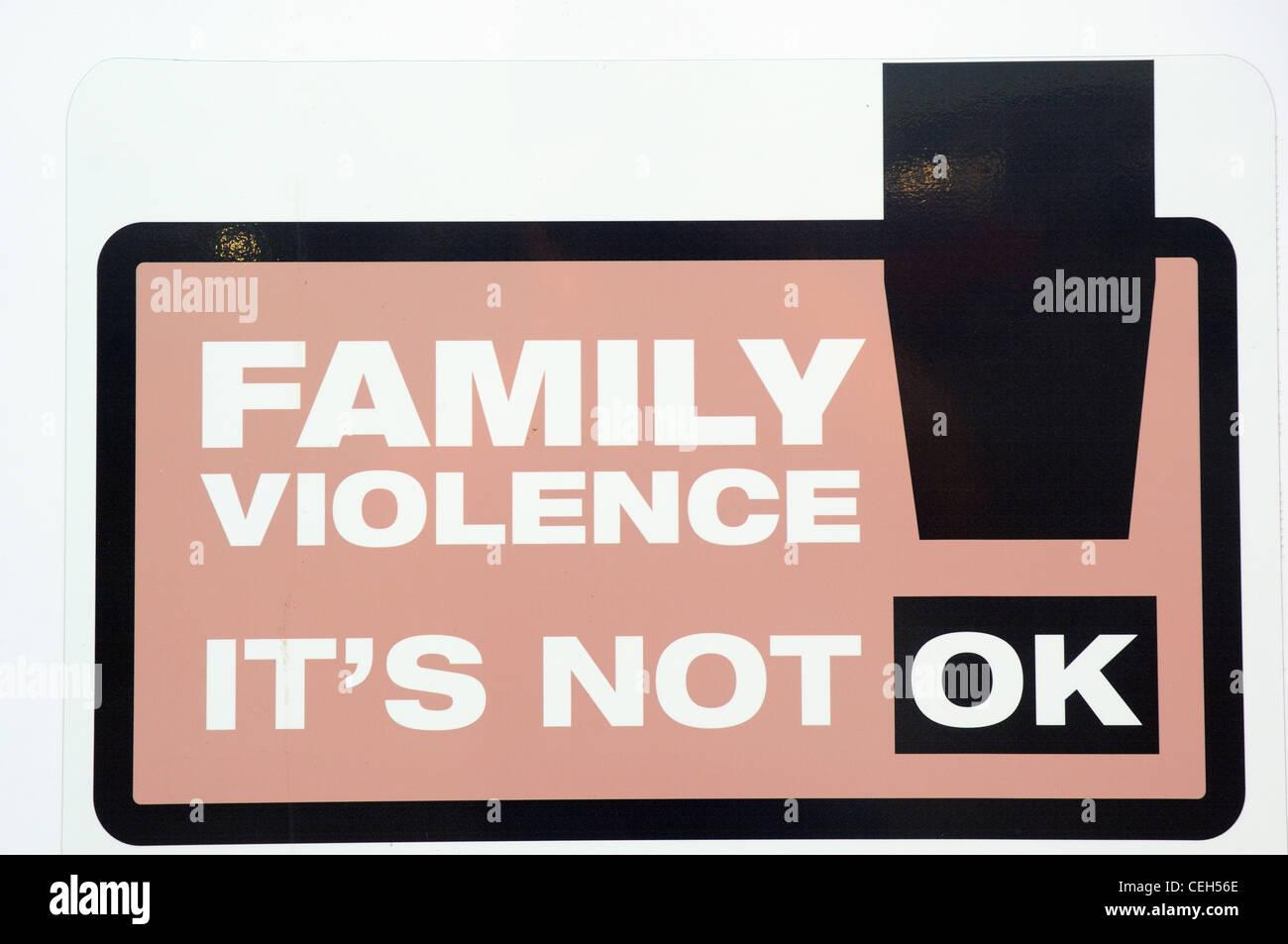 """Un cartello stradale dicendo """"violenza in famiglia la sua non OK """" Immagini Stock"""