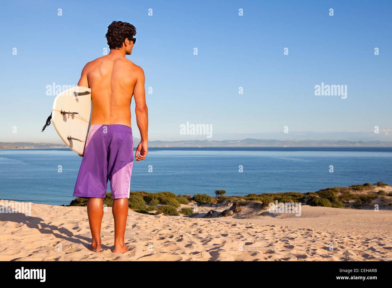 Surfer guardando l'oceano Immagini Stock