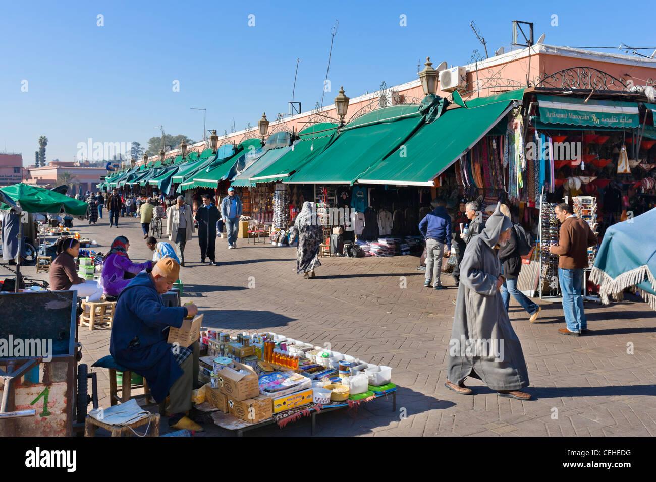 Bancarelle e negozi lungo il bordo di Djemaa el Fna sqare, Marrakech, Marocco, Africa del Nord Immagini Stock