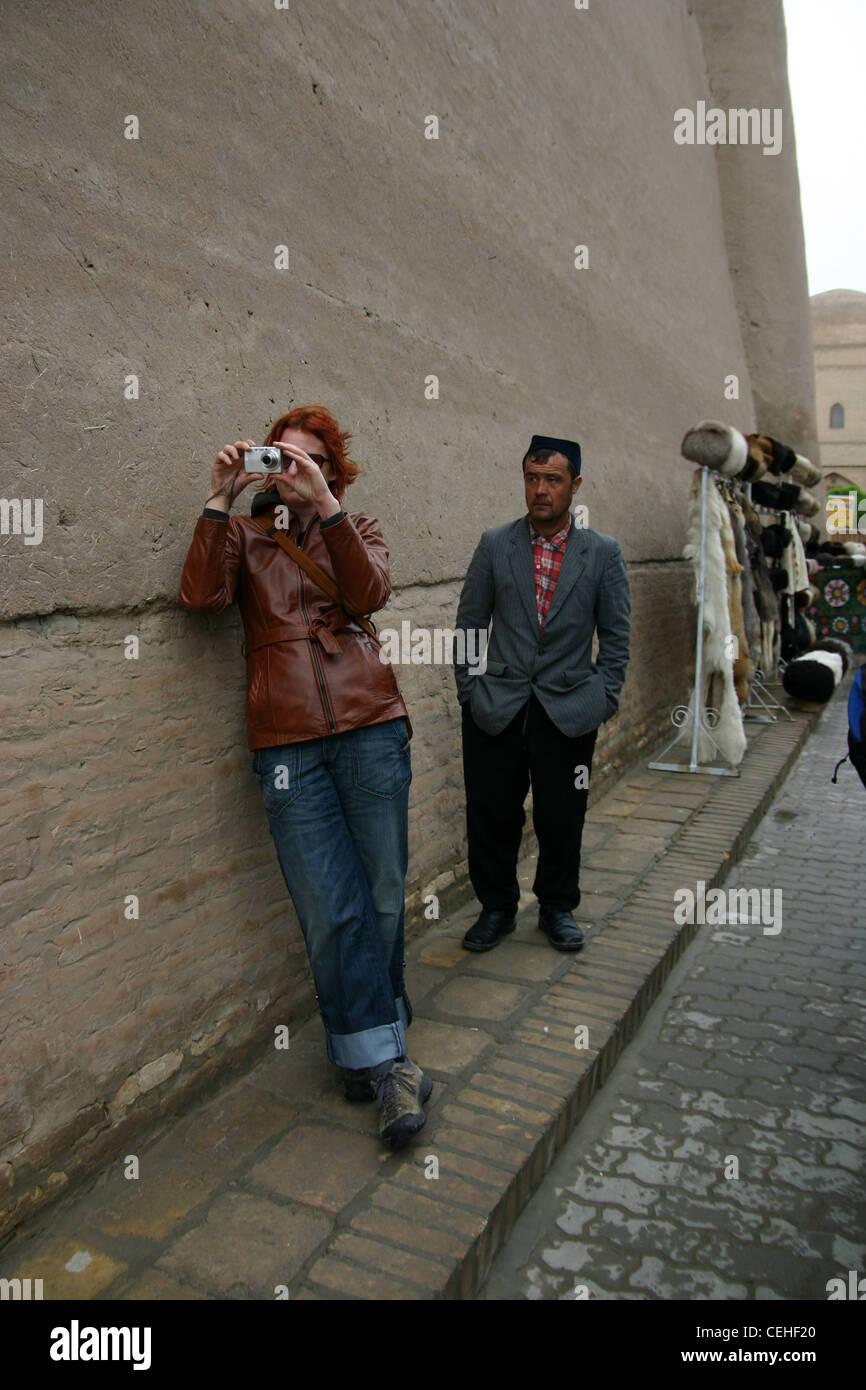 Tourist di essere guardato dal locale tradizionale l uomo a Khiva, Uzbekistan Immagini Stock