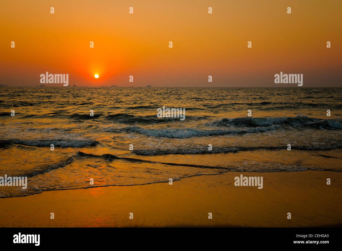 Tramonto a Candolim Beach, a Nord Goa, India Immagini Stock