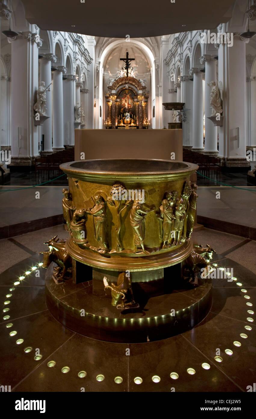 Fonte battesimale all'interno del San Bartolomeo la chiesa di Liegi, Belgio Immagini Stock